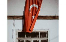 Bayrak Asılı Evler